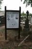 Tablica informacyjna na cmentarzu w Sadkach