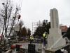 Montaż pomnika nad mogiłą powstańczą w Szubinie