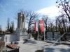 Flagi przy pomniku powstańczym